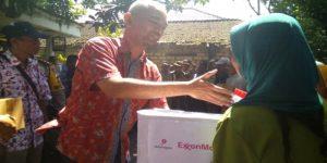 Rexy Mawardijaya ketika memberikan bantuan kepada korban Banjir di Bojonegoro (27/02)