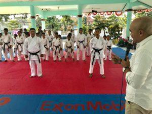 SERIUS : Humas Exxon Mobil, Ikhwan Arifin ketika memberi sambutan kepada karateka kecamatan gayam kemarin